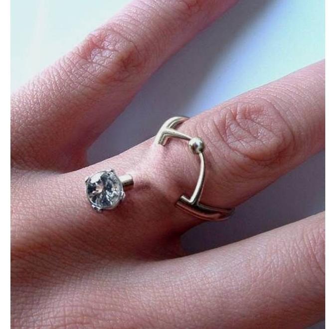 Xỏ khuyên ngón tay thay cho nhẫn đính hôn hiện đang thật sự là hot trend trên Instagram - Ảnh 1.