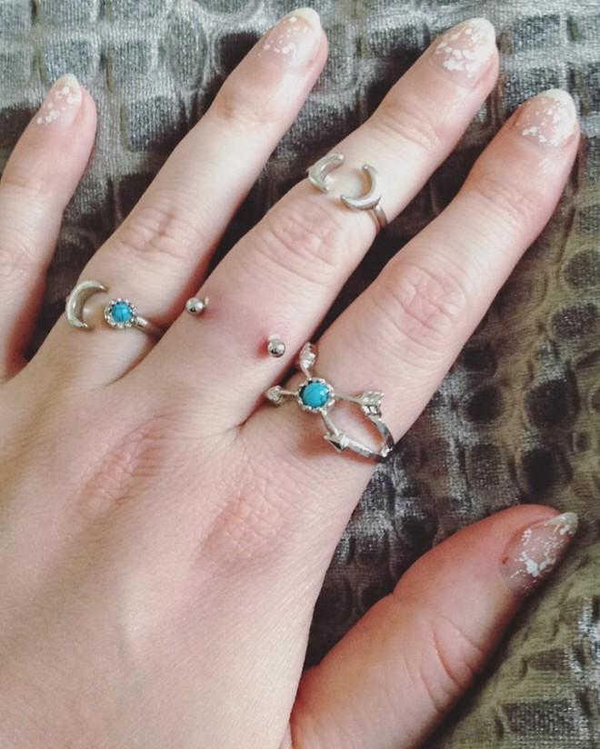 Xỏ khuyên ngón tay thay cho nhẫn đính hôn hiện đang thật sự là hot trend trên Instagram - Ảnh 2.