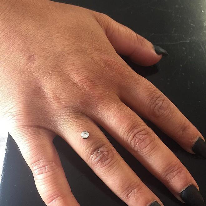 Xỏ khuyên ngón tay thay cho nhẫn đính hôn hiện đang thật sự là hot trend trên Instagram - Ảnh 7.