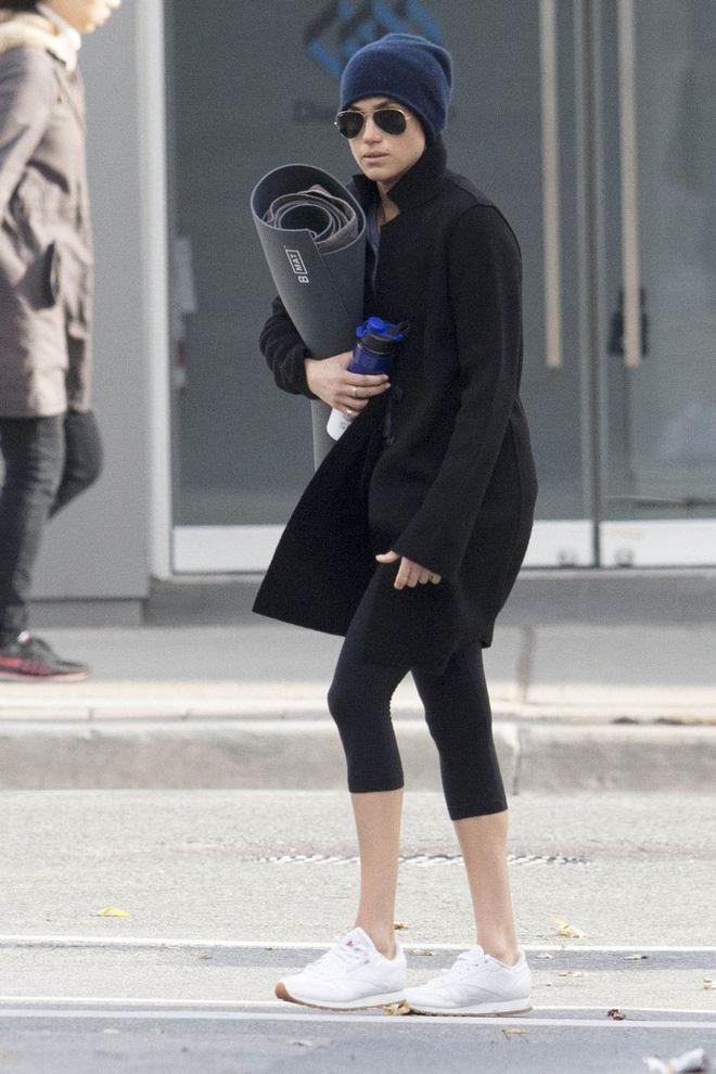 Giữa vô vàn mẫu giày thể thao đẹp, Meghan Markle chỉ mê đắm đôi sneakers trắng này - Ảnh 4.