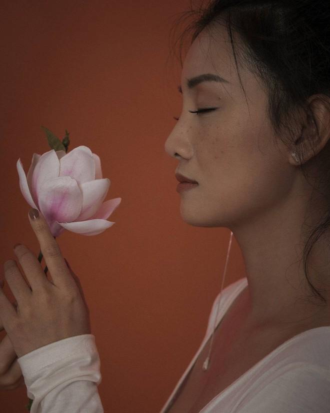 Ngỡ ngàng trước nhan sắc ngoài 30 xinh đẹp, gợi cảm của MC The Voice - Đặng Quỳnh Chi - Ảnh 2.
