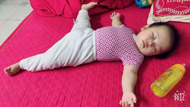Chùm ảnh: Tranh thủ lúc con say giấc, các mẹ chụp được cả tá ảnh về dáng ngủ hay ho bá đạo của con - Ảnh 1.