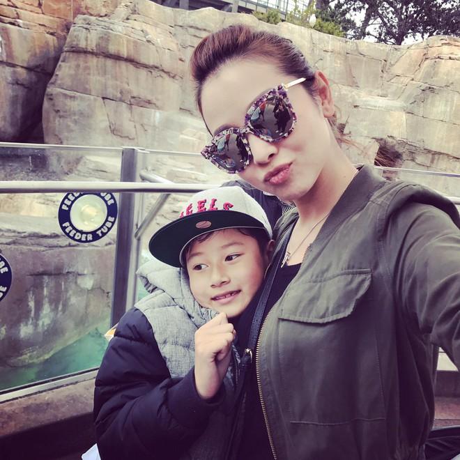 Con trai đã lớn, bà mẹ chiều con Jennifer Phạm vẫn cúi xuống buộc dây giày cho con - Ảnh 1.
