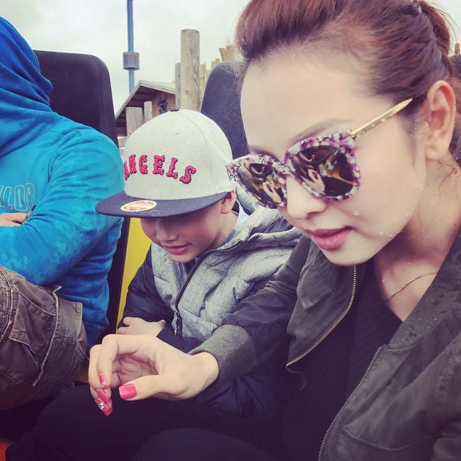 Con trai đã lớn, bà mẹ chiều con Jennifer Phạm vẫn cúi xuống buộc dây giày cho con - Ảnh 2.