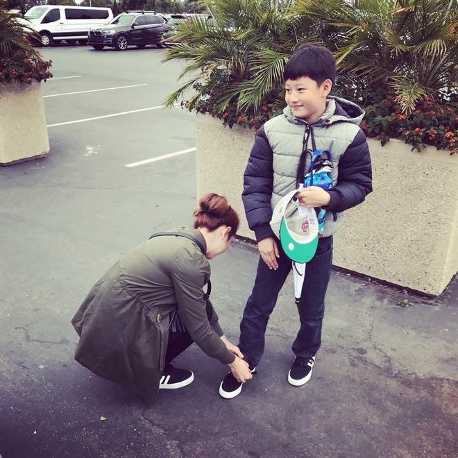 Con trai đã lớn, bà mẹ chiều con Jennifer Phạm vẫn cúi xuống buộc dây giày cho con - Ảnh 5.
