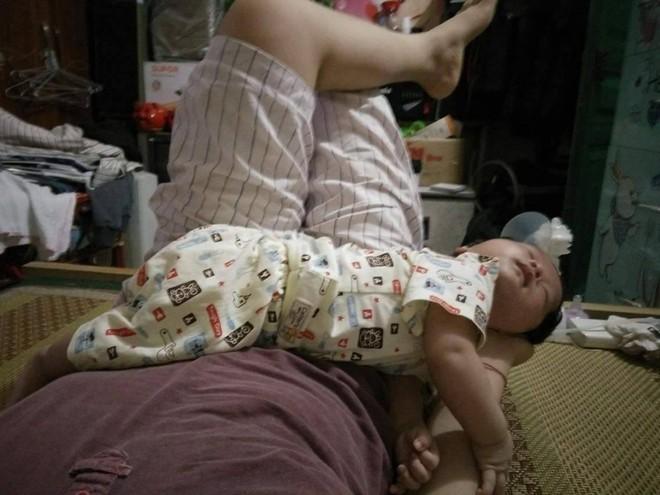 Chùm ảnh: Tranh thủ lúc con say giấc, các mẹ chụp được cả tá ảnh về dáng ngủ hay ho bá đạo của con - Ảnh 9.