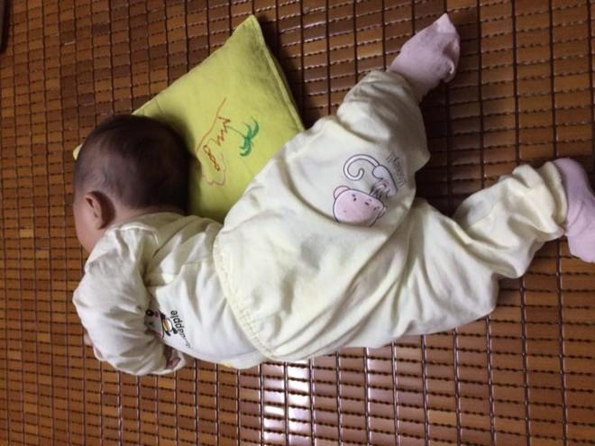 Chùm ảnh: Tranh thủ lúc con say giấc, các mẹ chụp được cả tá ảnh về dáng ngủ hay ho bá đạo của con - Ảnh 8.