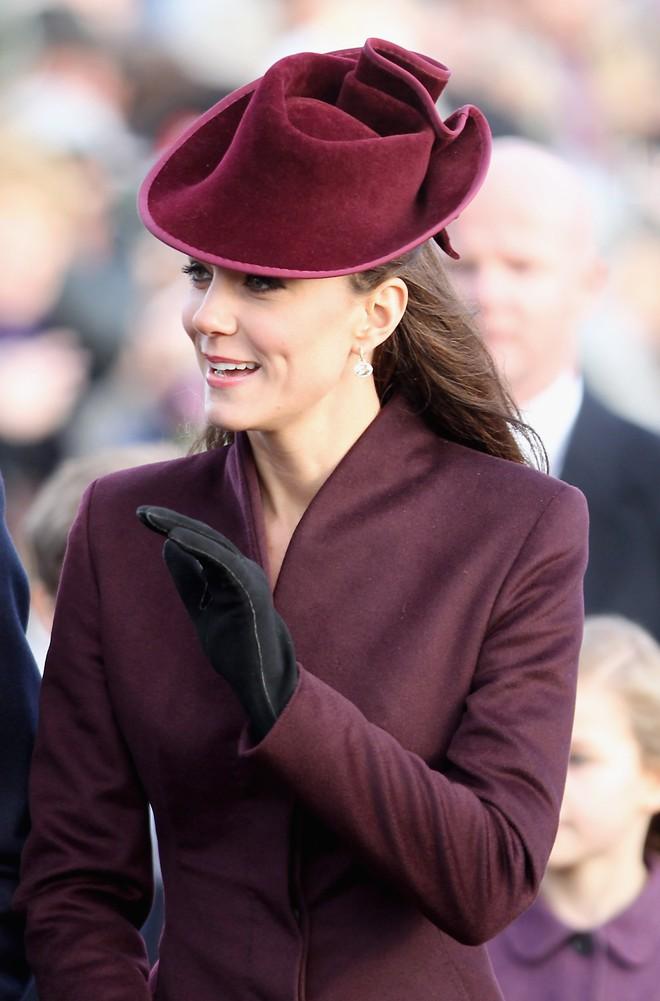 Tưởng chỉ cần ăn mặc trang nhã là đủ, hóa ra thành viên hoàng gia Anh phải tuân thủ cả chục quy tắc thời trang khắt khe - Ảnh 1.