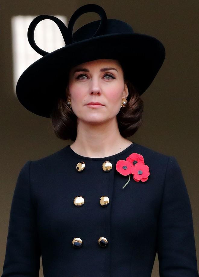 Tưởng chỉ cần ăn mặc trang nhã là đủ, hóa ra thành viên hoàng gia Anh phải tuân thủ cả chục quy tắc thời trang khắt khe - Ảnh 9.