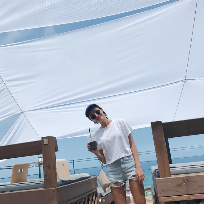 Lên lịch cho kỳ nghỉ lễ sắp tới, chớ bỏ qua 13 gợi ý dễ mặc dễ đẹp với quần shorts jean này nhé! - Ảnh 3.