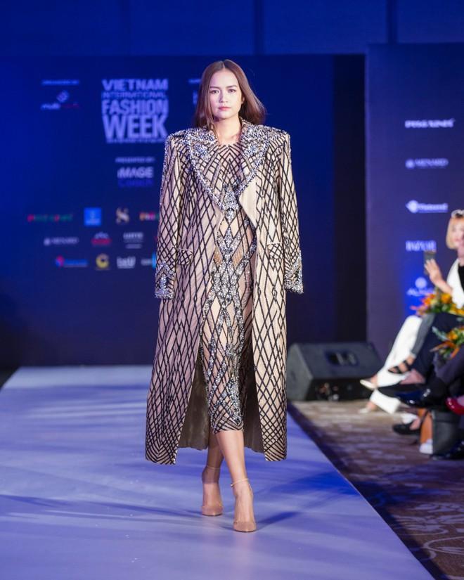 Hơn 1 tuần nữa mới khai mạc nhưng Vietnam International Fashion Week đã hé lộ dần các thiết kế mới - Ảnh 1.