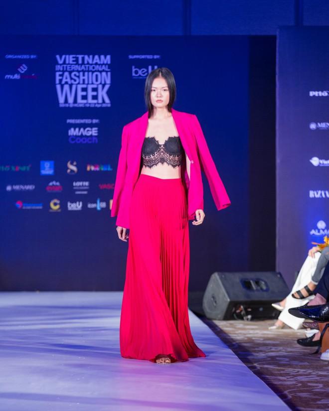 Hơn 1 tuần nữa mới khai mạc nhưng Vietnam International Fashion Week đã hé lộ dần các thiết kế mới - Ảnh 11.