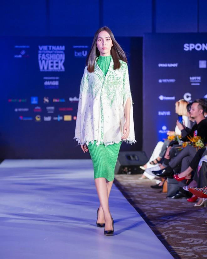 Hơn 1 tuần nữa mới khai mạc nhưng Vietnam International Fashion Week đã hé lộ dần các thiết kế mới - Ảnh 12.