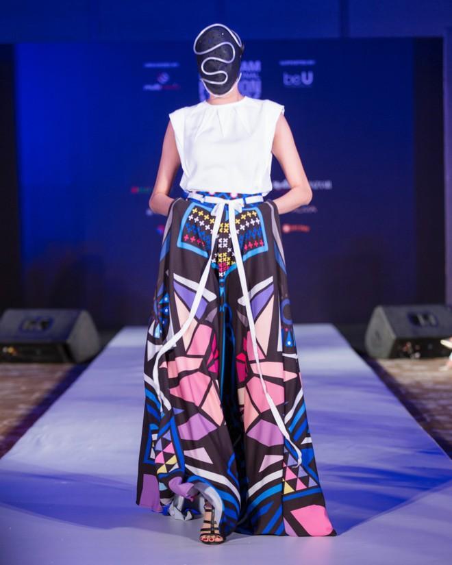 Hơn 1 tuần nữa mới khai mạc nhưng Vietnam International Fashion Week đã hé lộ dần các thiết kế mới - Ảnh 13.