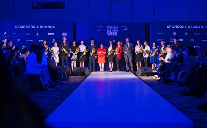 Hơn 1 tuần nữa mới khai mạc nhưng Vietnam International Fashion Week đã hé lộ dần các thiết kế mới - Ảnh 15.