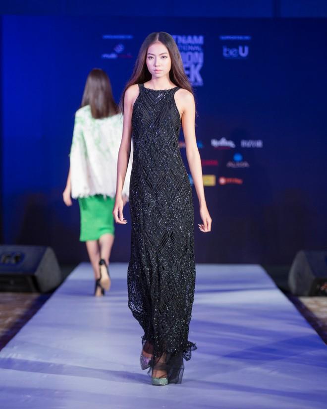 Hơn 1 tuần nữa mới khai mạc nhưng Vietnam International Fashion Week đã hé lộ dần các thiết kế mới - Ảnh 8.