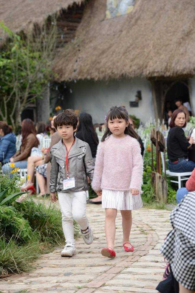 Gia đình danh hài Xuân Bắc lần đầu tiên tham dự Tuần lễ thời trang thiếu nhi 2018 - Ảnh 4.
