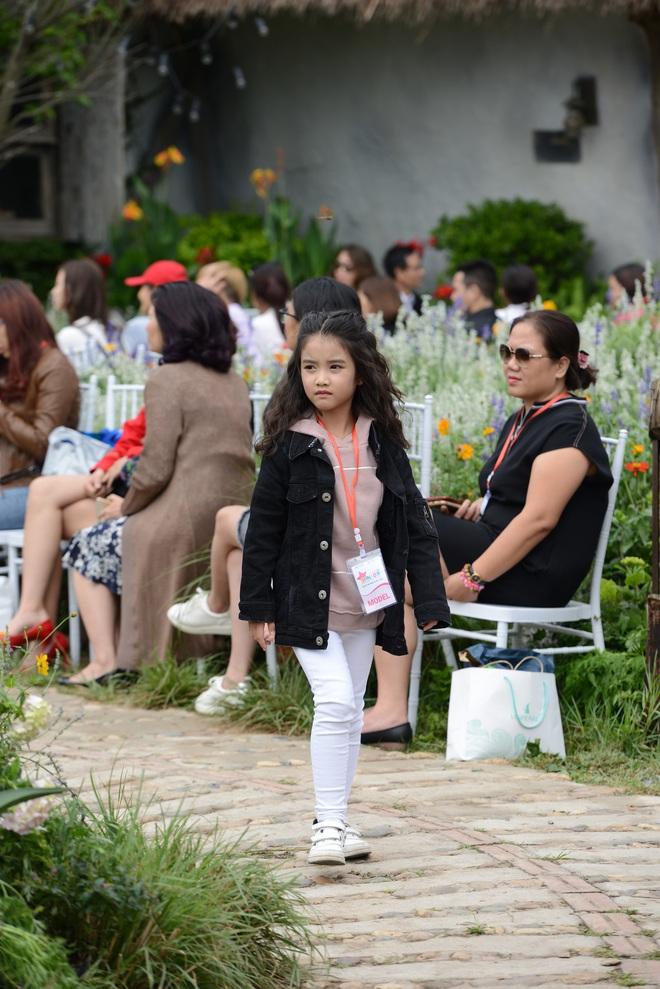 Gia đình danh hài Xuân Bắc lần đầu tiên tham dự Tuần lễ thời trang thiếu nhi 2018 - Ảnh 7.