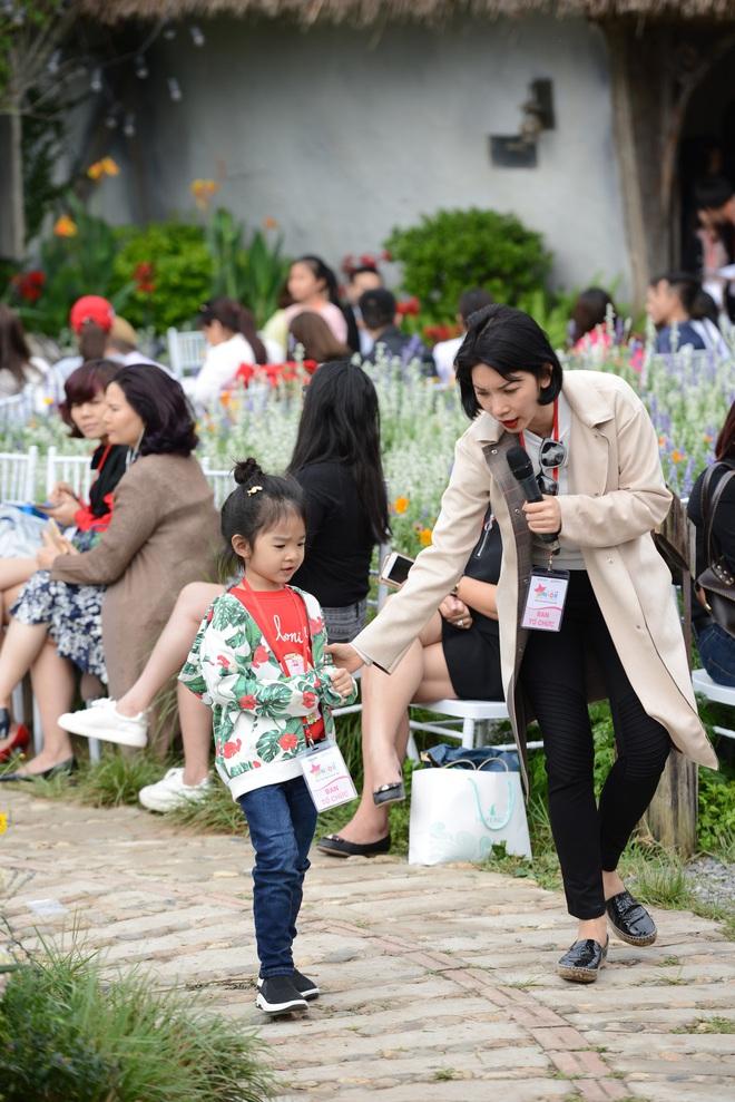 Gia đình danh hài Xuân Bắc lần đầu tiên tham dự Tuần lễ thời trang thiếu nhi 2018 - Ảnh 1.