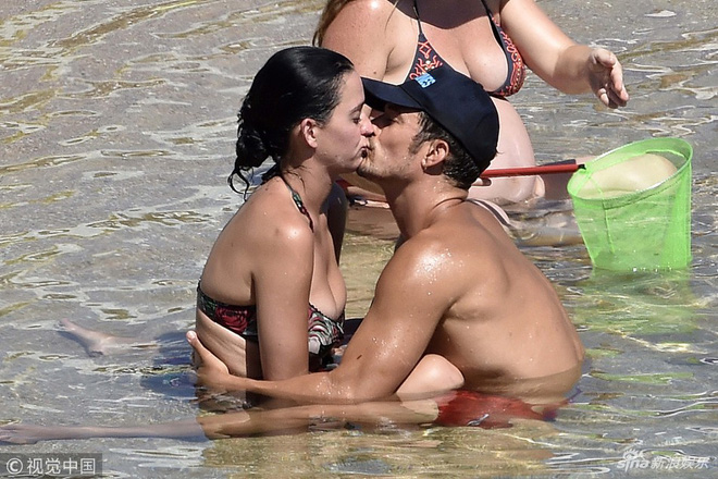 Katy Perry và Orlando Bloom ôm hôn đắm đuối sau khi chính thức tái hợp  - Ảnh 1.