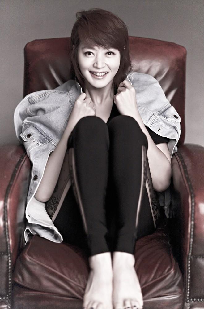 Chị đại Kim Hye Soo: Gái ế đắt giá của showbiz Hàn, chẳng cần bên ai cũng tự mình tỏa hương - Ảnh 7.