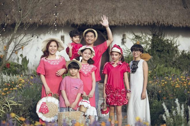 Gia định MC Phan Anh rực rỡ sắc hồng trong ngày thứ 2 của Tuần lễ thời trang thiếu nhi 2018 - Ảnh 6.