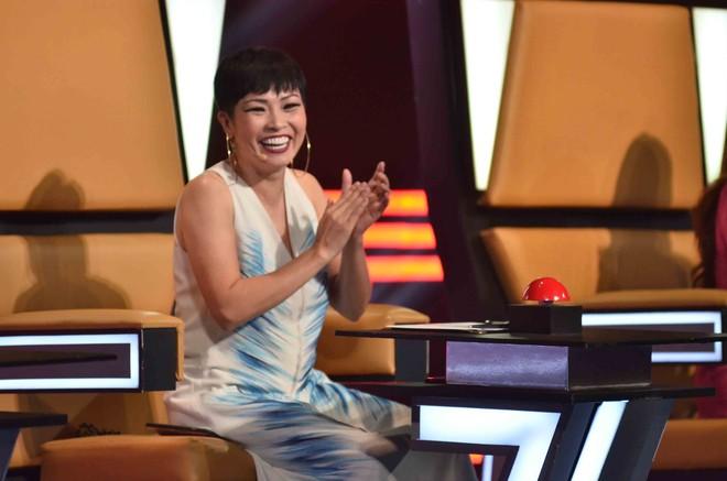 Hoàng Oanh hốt hoảng bảo vệ cô gái 17 tuổi bị thả thính trên truyền hình - Ảnh 1.