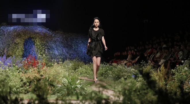 Xin giới thiệu, các người mẫu của chúng ta đang sải bước trên một sàn diễn với concept ruộng rau - Ảnh 3.