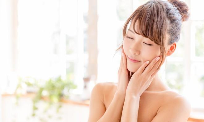 7 bước chăm sóc buổi sáng cho làn da đẹp rực rỡ, mịn màng không tì vết - Ảnh 1.