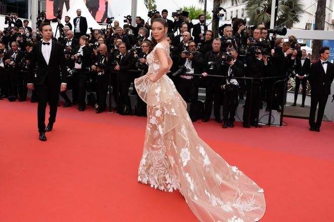 Lý Nhã Kỳ hóa báo đen kiêu kỳ khoe trọn vẹn vẻ đẹp lộng lẫy trên thảm đỏ Cannes - Ảnh 11.