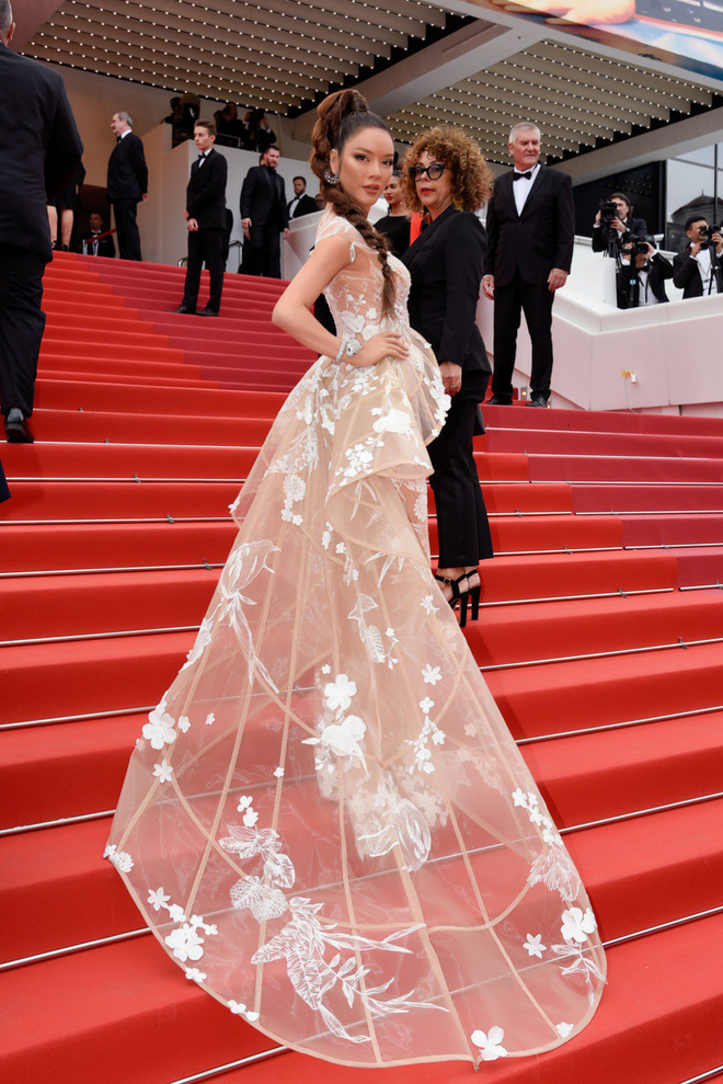 Lý Nhã Kỳ hóa báo đen kiêu kỳ khoe trọn vẹn vẻ đẹp lộng lẫy trên thảm đỏ Cannes - Ảnh 8.