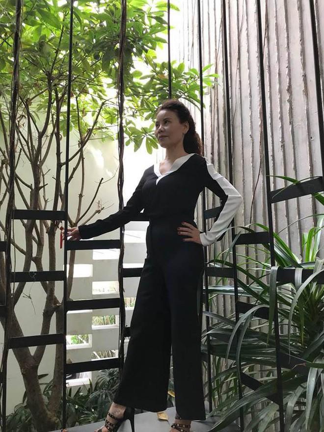 Dù đã ngoài 60 nhưng mẹ của Hà Hồ vẫn diện váy maxi, quần jeans và giày cao gót thời thượng chẳng kém con gái - Ảnh 11.