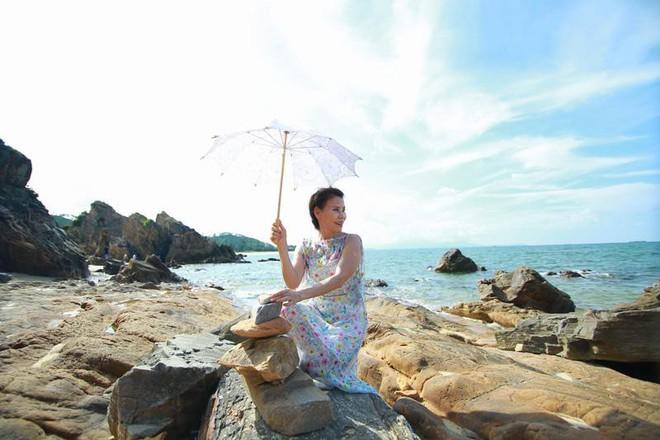 Dù đã ngoài 60 nhưng mẹ của Hà Hồ vẫn diện váy maxi, quần jeans và giày cao gót thời thượng chẳng kém con gái - Ảnh 3.