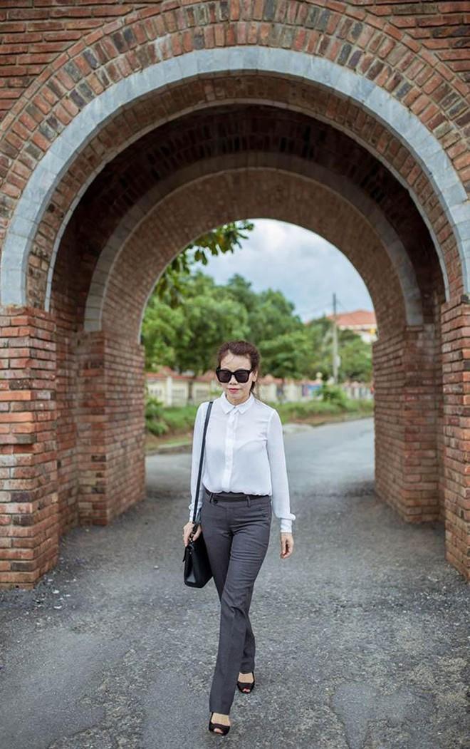 Dù đã ngoài 60 nhưng mẹ của Hà Hồ vẫn diện váy maxi, quần jeans và giày cao gót thời thượng chẳng kém con gái - Ảnh 16.