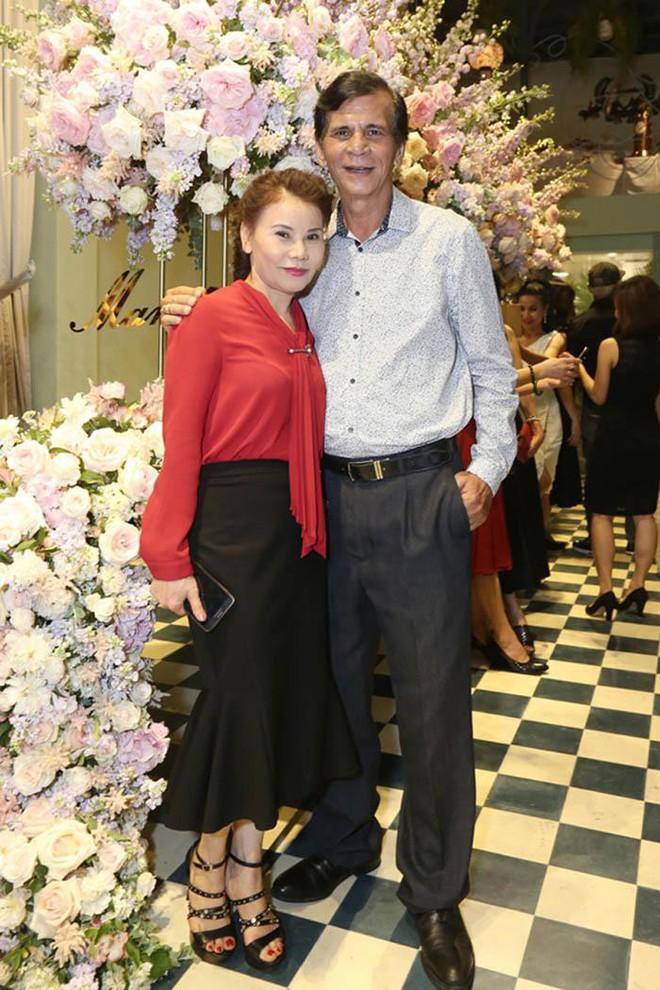 Dù đã ngoài 60 nhưng mẹ của Hà Hồ vẫn diện váy maxi, quần jeans và giày cao gót thời thượng chẳng kém con gái - Ảnh 12.