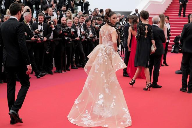 Lý Nhã Kỳ hóa báo đen kiêu kỳ khoe trọn vẹn vẻ đẹp lộng lẫy trên thảm đỏ Cannes - Ảnh 7.