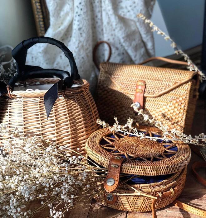 Túi cói năm nay xinh quá, chọn kiểu gì cũng đẹp và tiện hết sức - Ảnh 1.