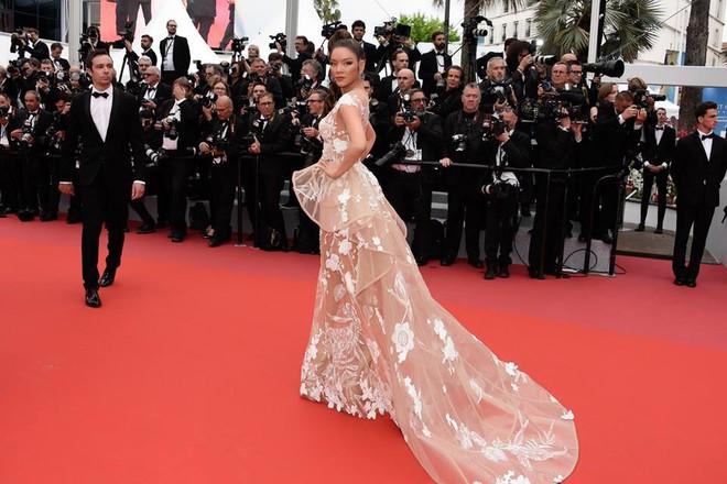 Nhuộm da nâu rắn rỏi, tóc tết hoang dại Lý Nhã Kỳ xuất hiện đầy uy quyền trên thảm đỏ LHP Cannes ngày thứ 2 - Ảnh 3.