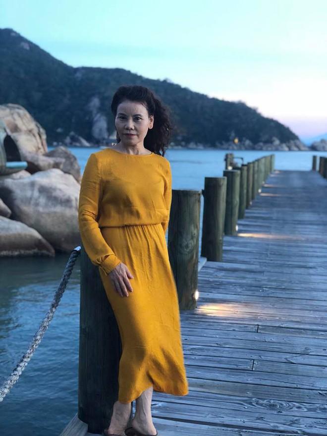 Dù đã ngoài 60 nhưng mẹ của Hà Hồ vẫn diện váy maxi, quần jeans và giày cao gót thời thượng chẳng kém con gái - Ảnh 5.