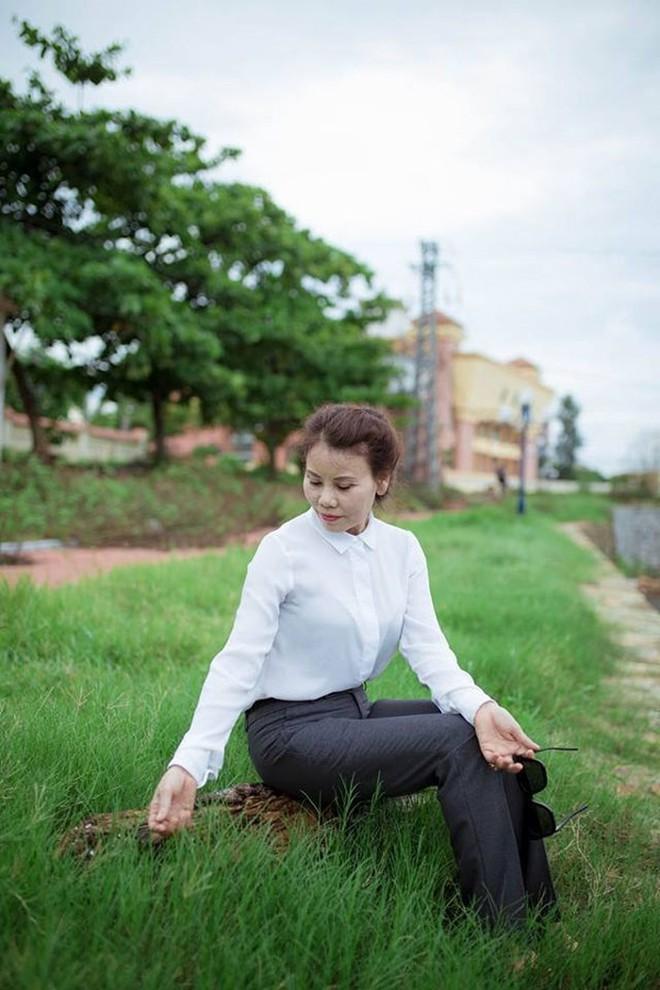 Dù đã ngoài 60 nhưng mẹ của Hà Hồ vẫn diện váy maxi, quần jeans và giày cao gót thời thượng chẳng kém con gái - Ảnh 17.