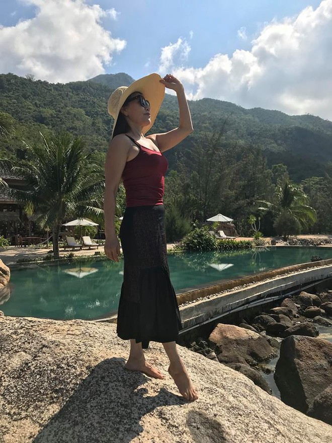 Dù đã ngoài 60 nhưng mẹ của Hà Hồ vẫn diện váy maxi, quần jeans và giày cao gót thời thượng chẳng kém con gái - Ảnh 14.