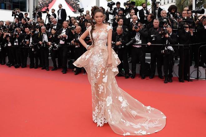 Nhuộm da nâu rắn rỏi, tóc tết hoang dại Lý Nhã Kỳ xuất hiện đầy uy quyền trên thảm đỏ LHP Cannes ngày thứ 2 - Ảnh 4.