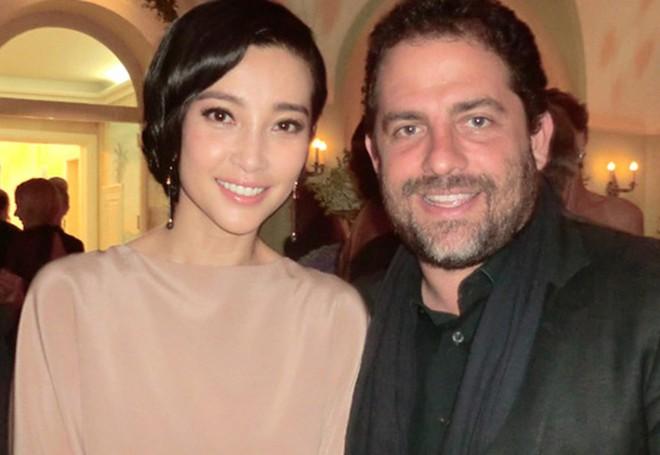 Phản ứng của Lý Băng Băng khi người hâm mộ đưa nhầm ảnh cho Phạm Băng Băng ký tại Cannes - Ảnh 1.