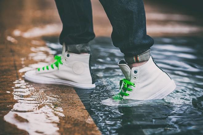 Không ai hiểu vì sao cô gái lại lấy nến chà khắp giày, đến khi trời mưa, mọi người mới tròn mắt thán phục vì mẹo quá hay - Ảnh 1.