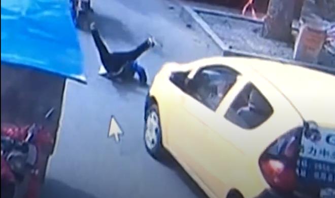 Trung Quốc: Bé trai bất cẩn ngã từ xe máy xuống đường rồi bị xe cán, người mẹ vẫn không hề hay biết - Ảnh 1.
