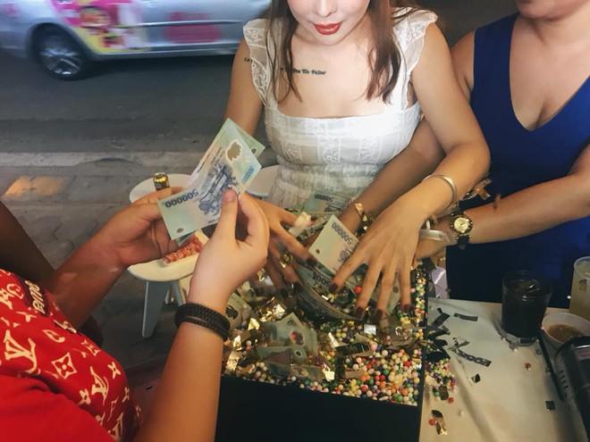 Chồng tặng vợ cả trăm triệu đồng nhân dịp sinh nhật: Tiền không mua được thanh xuân của em sau bao năm vất vả... - Ảnh 3.