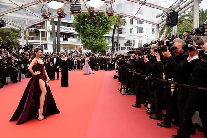 Hết diện đầm đỏ rực đến nhuộm da nâu, sang ngày 3 của LHP Cannes Lý Nhã Kỳ chọn hẳn tông son tím lịm lên thảm đỏ - Ảnh 4.