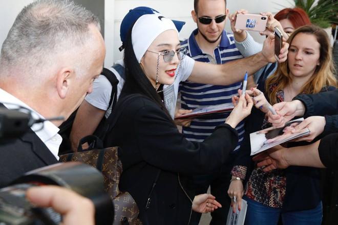 Phản ứng của Lý Băng Băng khi người hâm mộ đưa nhầm ảnh cho Phạm Băng Băng ký tại Cannes - Ảnh 2.