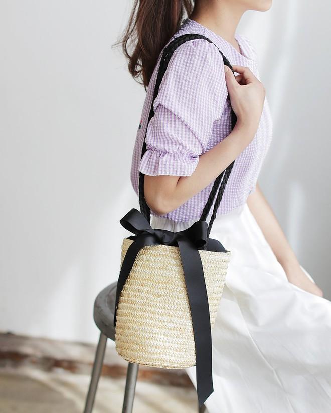 Túi cói năm nay xinh quá, chọn kiểu gì cũng đẹp và tiện hết sức - Ảnh 12.