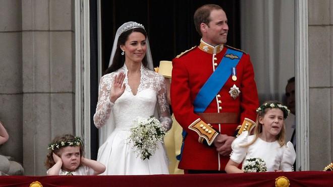 Cô bé cáu kỉnh trong đám cưới của công nương Kate và hoàng tử William cách đây 7 năm giờ ra sao? - Ảnh 2.